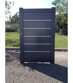 portail Santhay coulissant droit et plein en aluminium lames larges avec décor inox