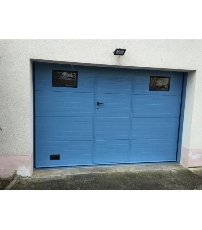 Porte de garage sectionnelle plafond avec portillon ton bleu clair et hublots