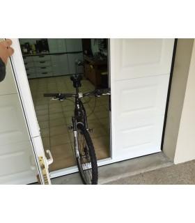 Porte de garage sectionnelle plafond avec portillon ton blanc et seuil plat