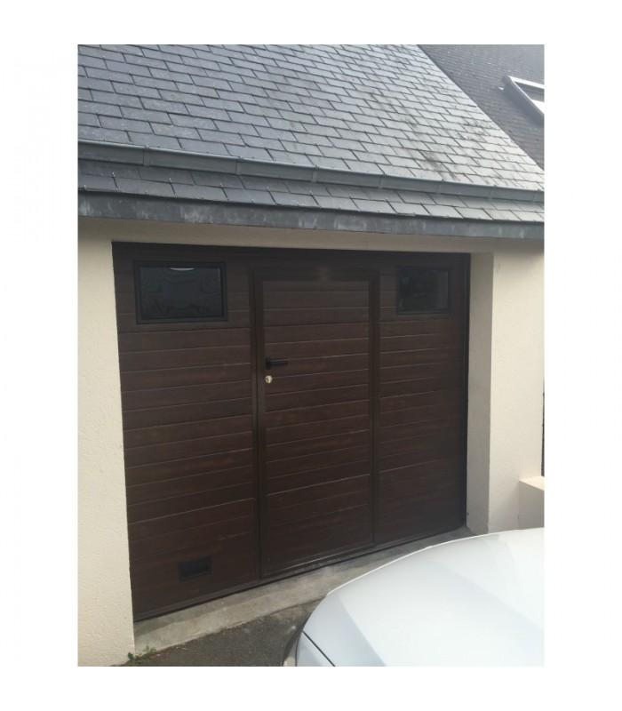 Porte de garage sectionnelle plafond avec portillon ton chêne foncé et hublots
