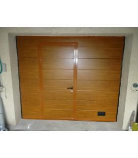Porte de garage sectionnelle plafond avec portillon ton chêne clair